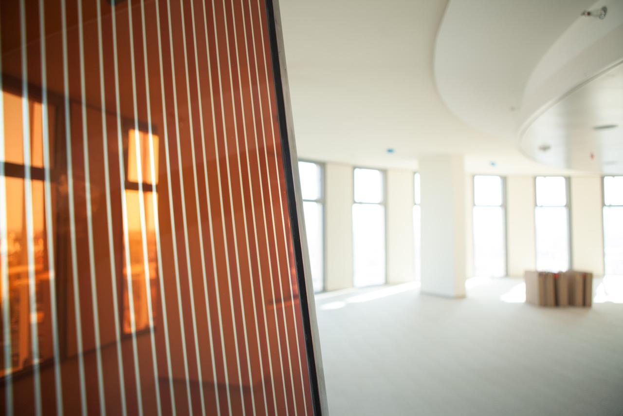 Blick durch das braun-gestreifte Energieglas