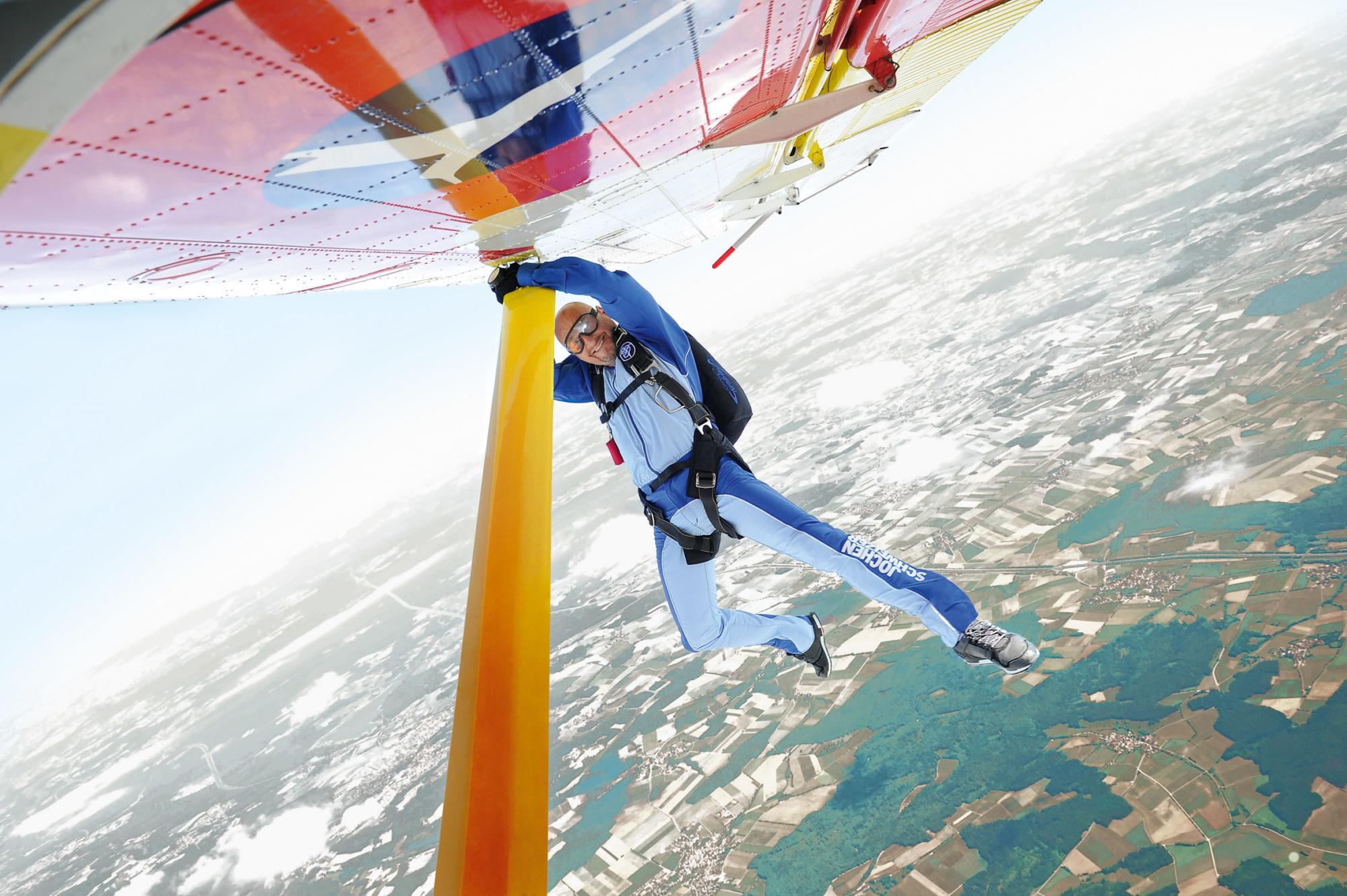 Jochen Schweizer kurz vor dem Sprung in die Tiefe aus dem Flugzeug